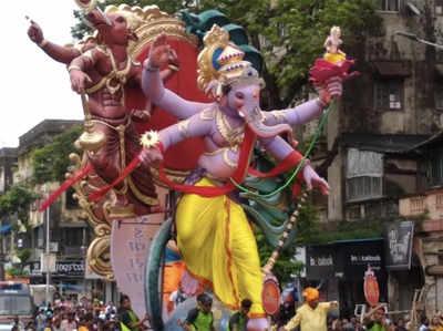 मुंबई के कई पंडालों में पहुंची गणपति प्रतिमा