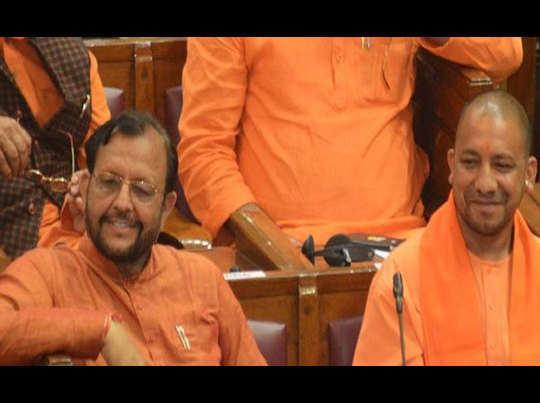 सीएम योगी के साथ मंत्री सुरेश खन्ना (फाइल फोटो)