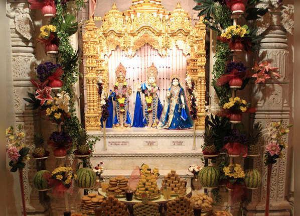 मंदिरों में मूर्तियों को खासतौर पर सजाया जाता है