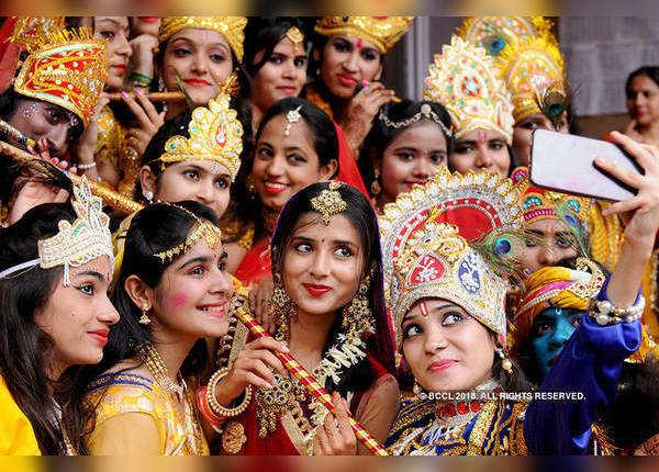 कृष्ण वेश में नाटक