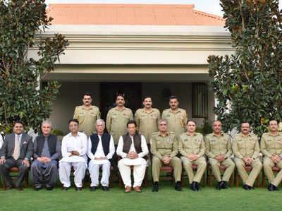 GHQ में पाक आर्मी चीफ व अन्य अधिकारियों के साथ इमरान खान