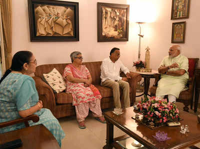 वाजपेयी के परिवार के साथ पीएम मोदी