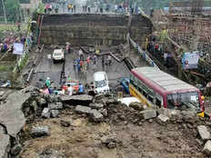 kolkata bridge accident eastern railway directs rites limited to investigate the situation