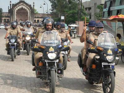 बाइक सवार पुलिसकर्मी