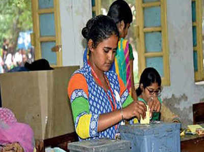 मतदान के दौरान वोट डालती एक छात्रा