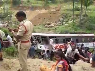 तेलंगाना: स्टेट कॉर्पोरेशन बस सड़क किनारे खड्ड में गिरी, 32 लोगों की मौत