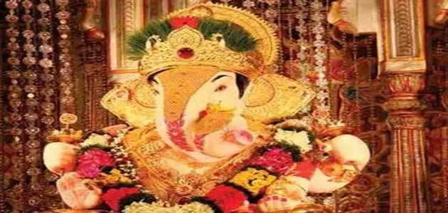 गणेश चतुर्थी: पुणे के श्रीमंत दगडूशेठ हलवाई मंदिर में उमड़ी भक्तों की भीड़