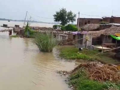 गांवों में खतरनाक स्तर तक भर गया है बाढ़ का पानी।