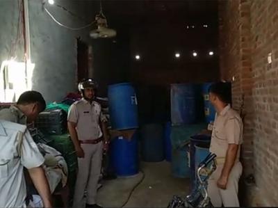 Avaidh Roop Se Tank Mein Chala Rahe The Achaar Ki Factory, Maalik-bete Ki Girkar Maut