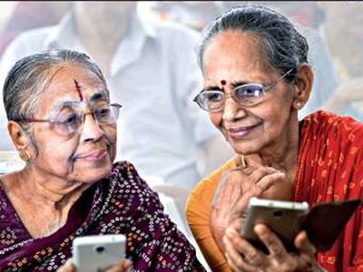 चेन्नै स्थित एक वृद्धाश्रम में स्मार्टफोन चलाना सीख रहीं बुजुर्ग महिलाएं