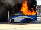 विडियो: अलग राज्य की मांग को लेकर महिला ने बस को आग लगाई