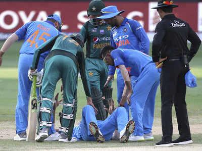 हार्दिक पंड्या को संभालते भारत-पाक टीम के खिलाड़ी।