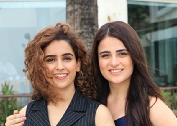 ग्लैमरस अंदाज में दिखीं सान्या और राधिका