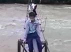 Video :  ஆபத்தான முறையில் கங்கை நதியை கடக்கும் பள்ளி மாணவர்கள்!
