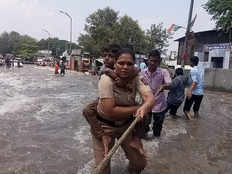 brave pune lady constable cop jumped into water to save residents
