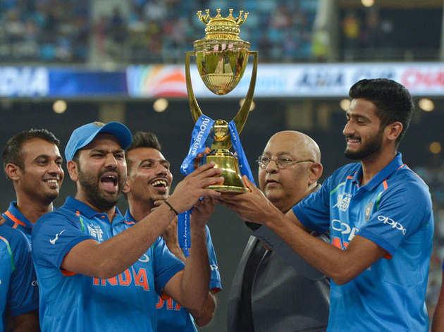 ट्रोफी के साथ टीम इंडिया।