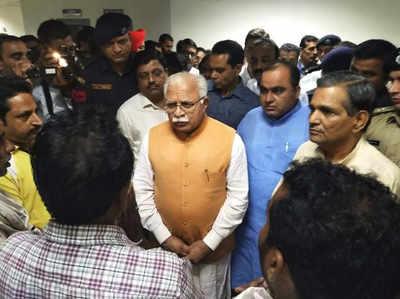 अस्पताल में मजदूरों को देखते हुए मुख्यमंत्री