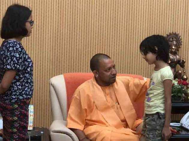 सीएम योगी ने की विवेक की पत्नी से मुलाकात