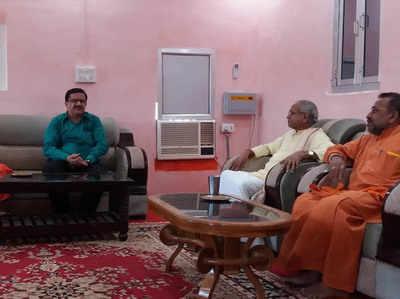 राम मंदिर के पक्षकारों से बात करते वसीम रिजवी