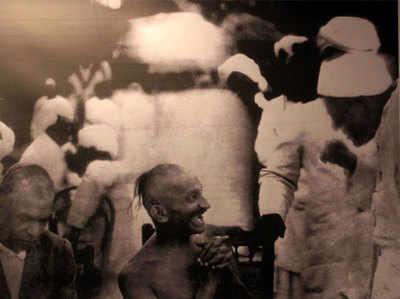 गांधीजी कहते थे कि उनमें हास्य न होता, तो कब का खुदकुशी कर लेते।