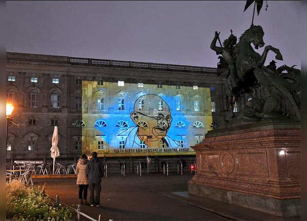 बर्लिन की इमारत पर भारत के राष्ट्रपिता