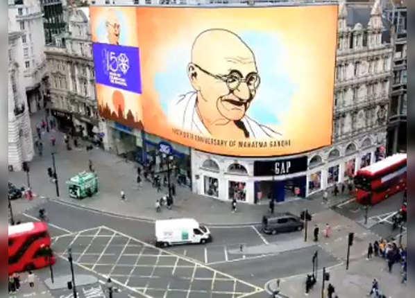 लंदन की ऐतिहासिक इमारत पर दिखे बापू