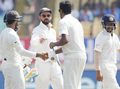 विंडीज की पहली पारी 181 पर समेटने के बाद भारतीय टीम।