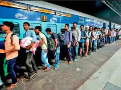 गुजरात से घर वापस लौट रहे हैं हजारों उत्तर भारतीय।