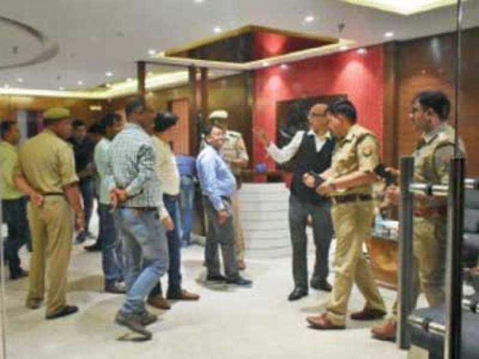आम्रपाली के नोएडा सेक्टर 62 दफ्तर में तलाशी लेती पुलिस टीम
