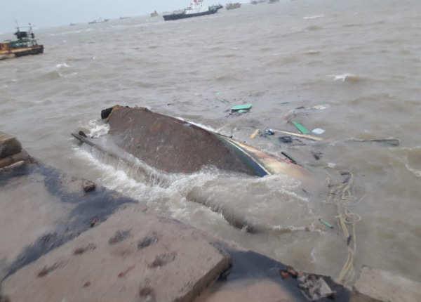 गोपालपुर में पलटी नाव