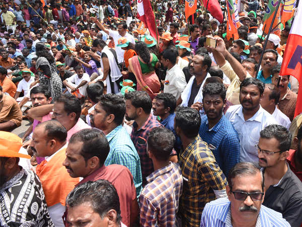 sabarimala row journalists heckled attacked by anti women mob in nilakkal