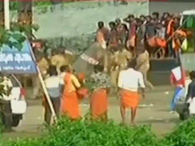 सबरीमाला मंदिर में दर्शन करने जा रहीं महिला श्रद्धालुओं को विरोध प्रदर्शन की वजह से वापस लौटना पड़ा