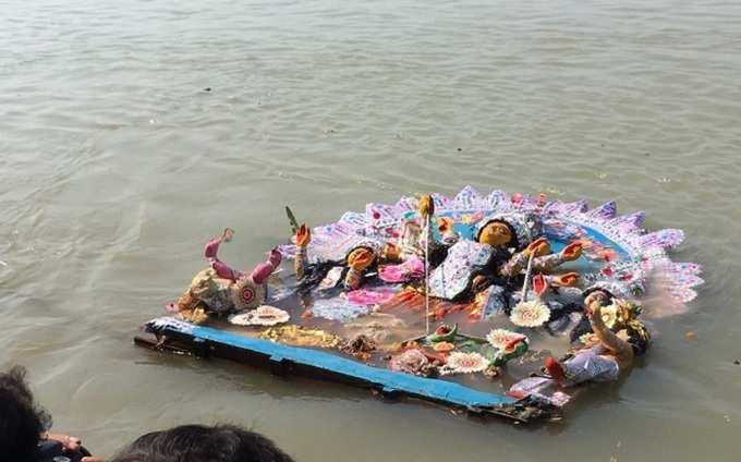 দেখুন, বাগবাজার হালদার বাড়ির প্রতিমা নিরঞ্জনের ছবি