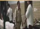 Video: காவல்துறை அதிகாாியை தாக்கிய பாஜக கவுன்சிலா்: அதிா்ச்சி வீடியோ