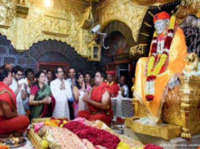 परिवार के साथ साईं बाबा मंदिर पहुंचे ठाकरे।