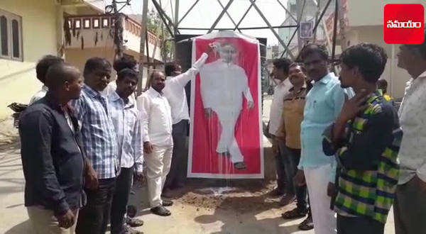 trs leaders performs palabhishekam to kcrs portrait