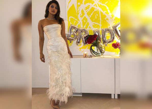 'BRIDE' बलून के पास खड़ी नज़र आ रही हैं पीसी