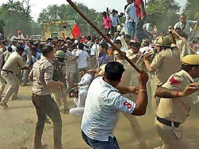 प्रदर्शनकारियों पर लाठीचार्ज करती पुलिस
