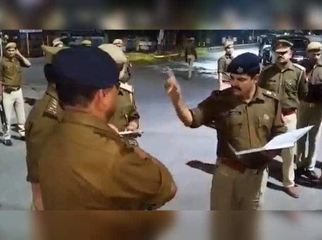 बीच सड़क थाना इंचार्ज लाइन हाजिर, एसएसपी ने छीनी गाड़ी और मोबाइल, पैदल भेजा पुलिस लाइंस
