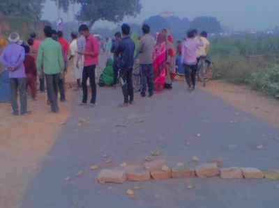 घटना के बाद सड़क जाम करते आक्रोशित ग्रामीण