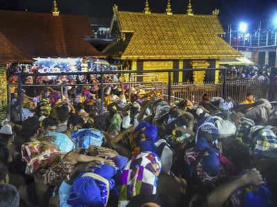 दर्शन के लिए मंदिर में लगी श्रद्धालुओं की भीड़