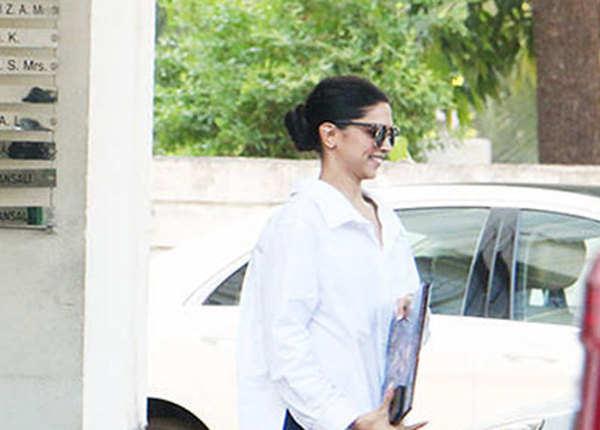 संजय लीला भंसाली के घर के बाहर दिखे दोनों