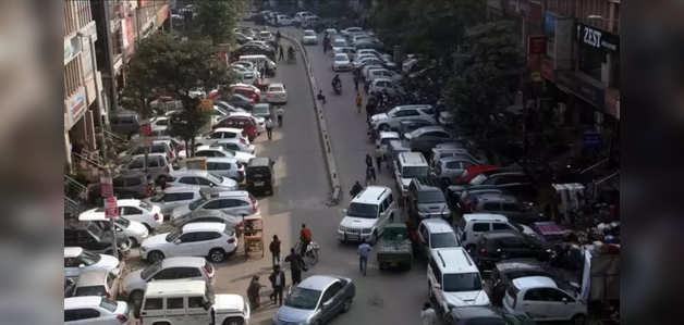 दिल्ली: प्रमुख बाज़ारों में डबल लेन पार्किंग पर पुलिस का रवैया सख्त