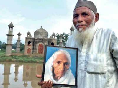 पत्नी की तस्वीर के साथ 'मिनी ताज' के सामने खड़े फैजुल। (फाइल फोटो)