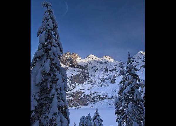 स्कीइंग और हाइकिंग