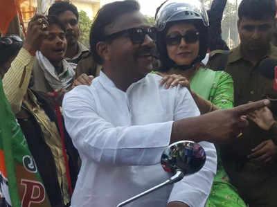 बीजेपी नेता नरेंद्र सैनी के साथ हेमा मालिनी