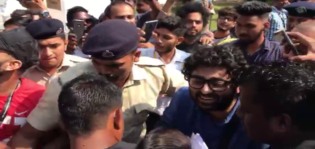 Arijit Singh mobbed at IFFI