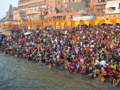 वाराणसी के घाटों पर लोगों की भीड़