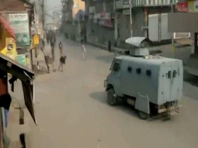 क्षेत्र में सेना के वाहनों पर ताबड़तोड़ पत्थरबाजी हुई।