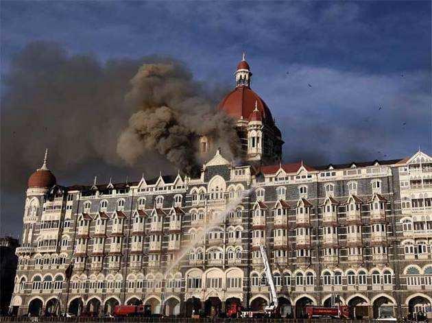 आतंकियों ने मुंबई के मशहूर ताज होटल को भी निशाना बनाया था।